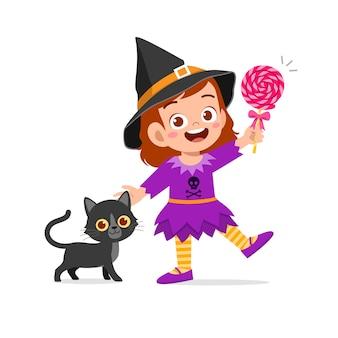 Criança feliz e fofa comemorando o dia das bruxas com fantasia de bruxa
