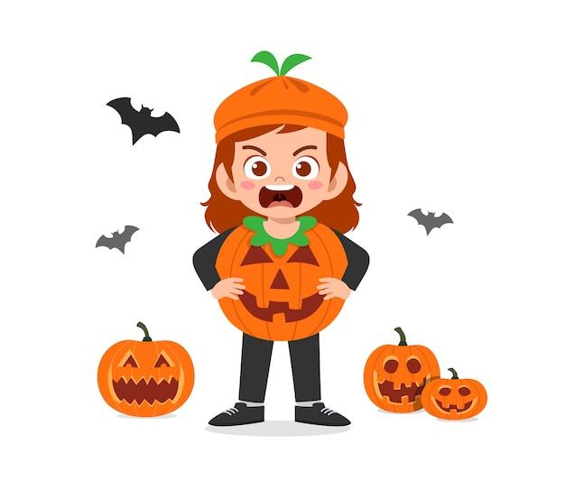 Criança feliz e fofa comemorando o dia das bruxas com fantasia de monstro de abóbora