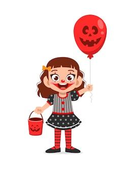 Criança feliz e fofa comemorando o dia das bruxas com fantasia de palhaço
