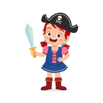 Criança feliz e fofa comemorando o dia das bruxas com fantasia de pirata