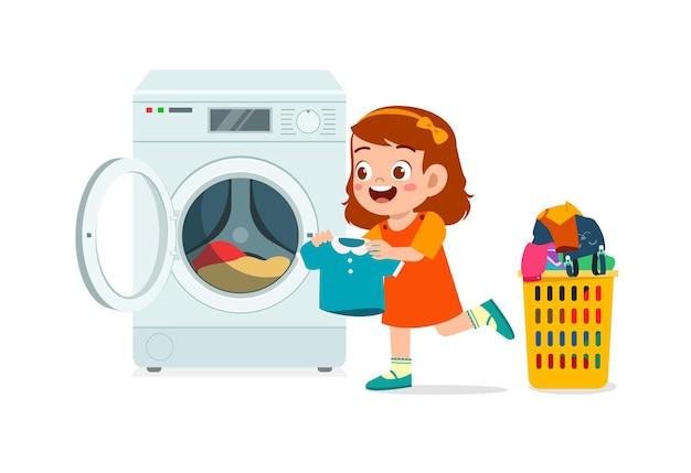 Criança feliz e fofa lavando roupa com máquina de lavar