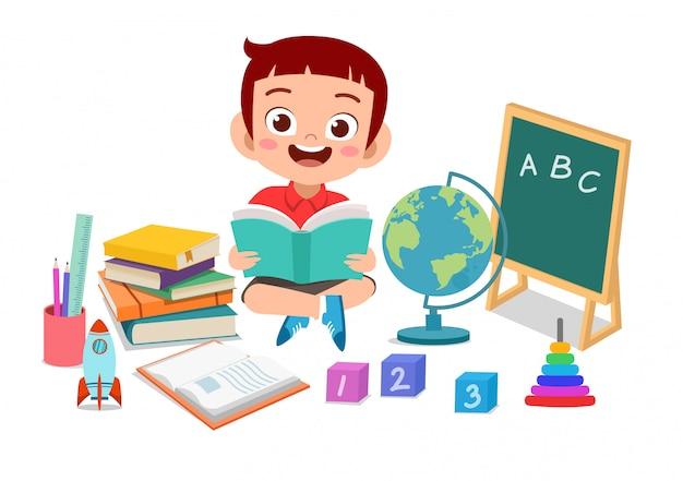 Criança feliz estudando