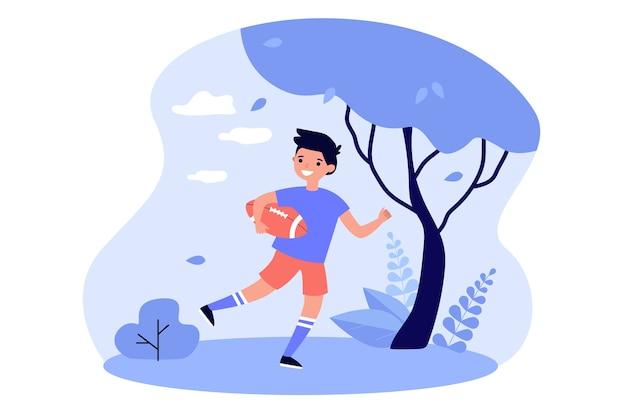 Criança feliz jogando rugby ao ar livre, segurando uma bola e correndo no campo.