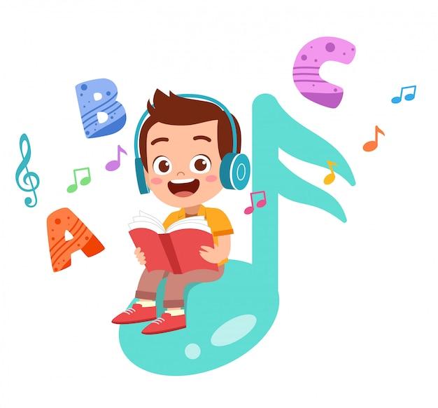 Criança feliz lê livros e ouve música