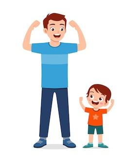 Criança fofa copia pai forte pose
