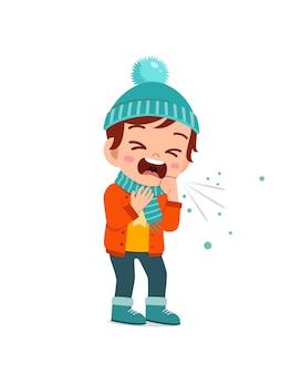Criança fofa triste tosse e usa jaqueta no inverno