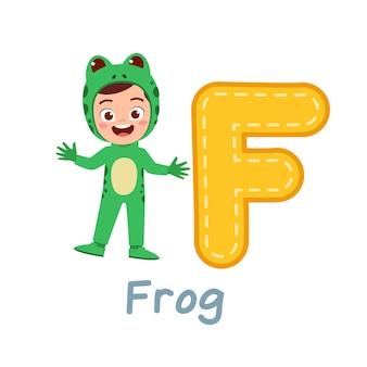 Criança fofa usa fantasia para aprender o alfabeto