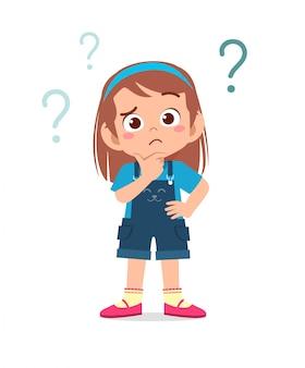 Criança menina bonitinha pensar com ponto de interrogação