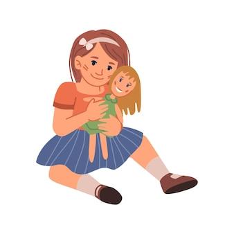 Criança no parquinho da creche brincando com boneca sorridente, garota isolada abraçando e acariciando o brinquedo
