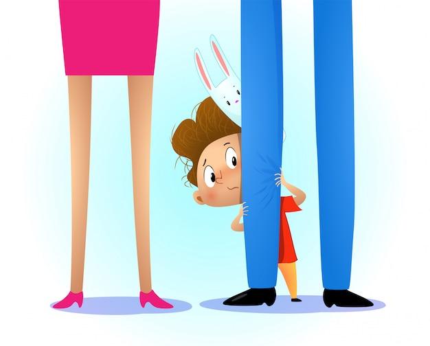 Criança se escondendo atrás da perna dos pais