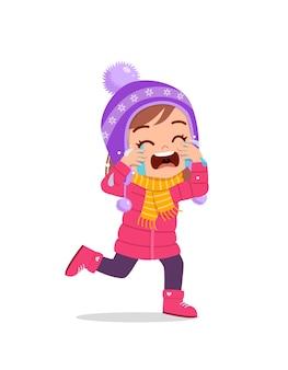 Criança triste e fofa chora e usa jaqueta no inverno