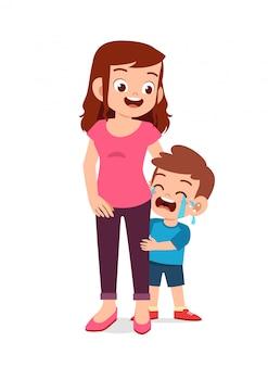 Criança triste, menino e menina, chorando alto com os pais, mãe e pai