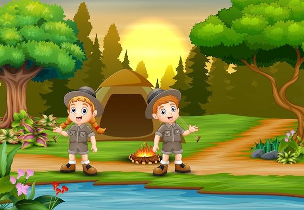 Crianças acampando fundo com paisagem por do sol