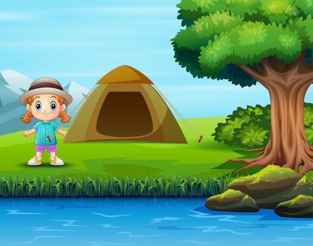 Crianças acampando na paisagem verde