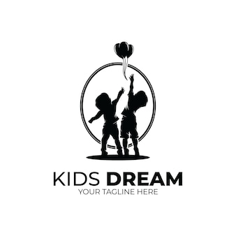 Crianças alcançando o logotipo de estrela