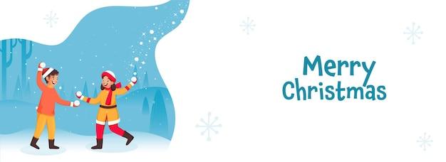 Crianças alegres brincando com bolas de neve em fundo natural branco e azul para o conceito de feliz natal.