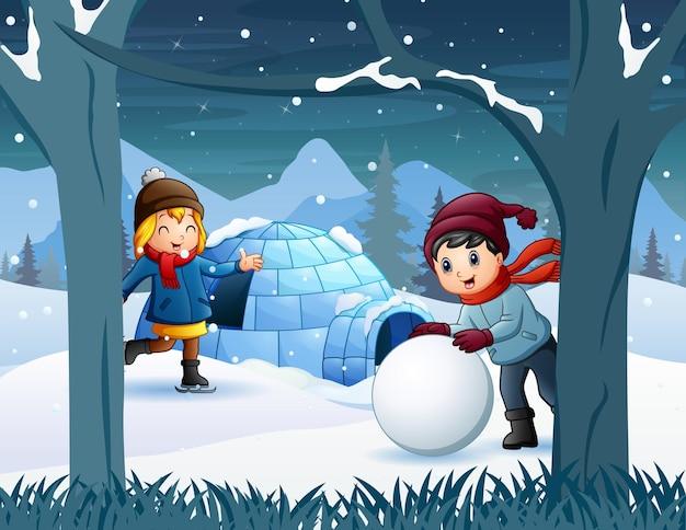 Crianças alegres brincando na neve perto da casa do iglu