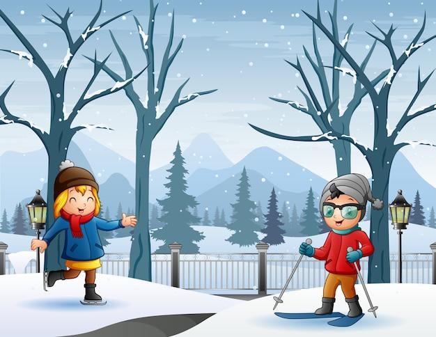 Crianças alegres brincando na paisagem de inverno com neve