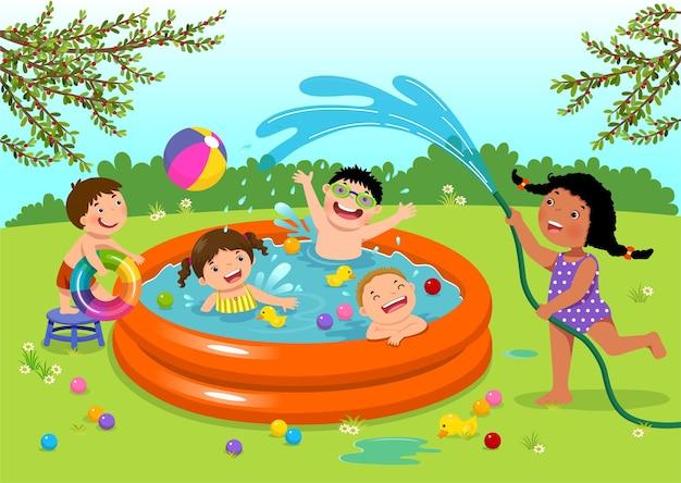 Crianças alegres brincando na piscina inflável no quintal