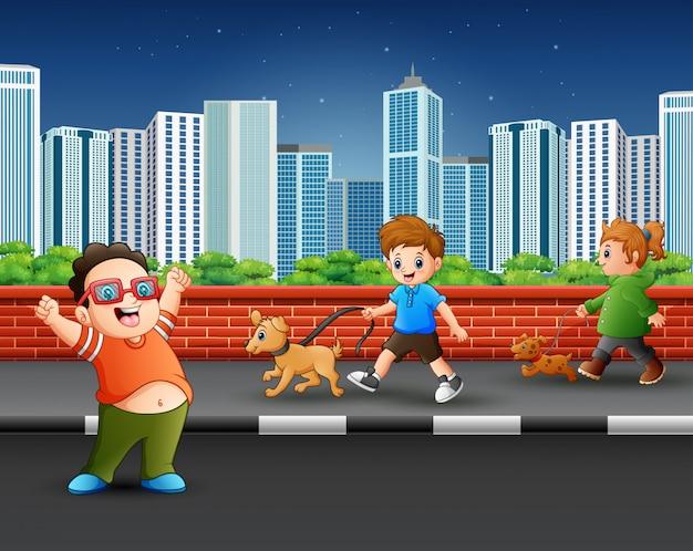 Crianças andando com seus animais de estimação na rua
