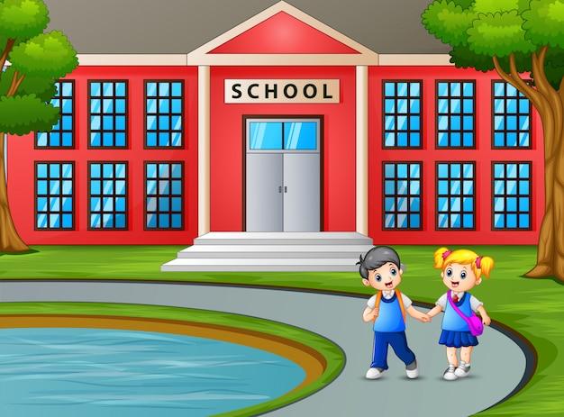 Crianças andando e saindo da escola depois das aulas