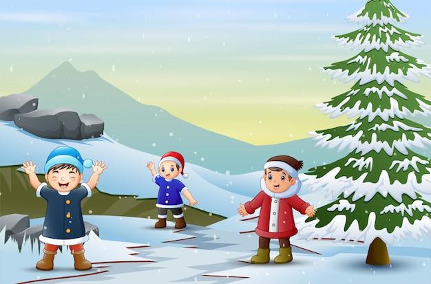 Crianças andando pela estrada nevada no inverno