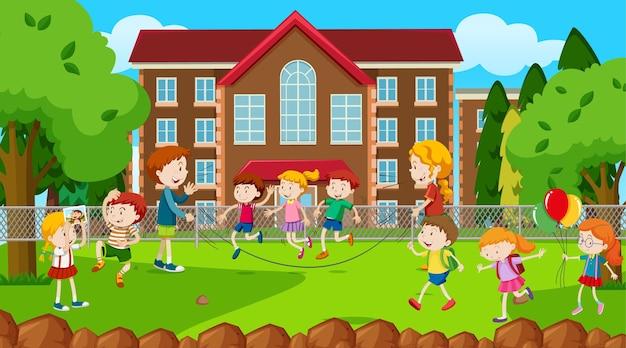Crianças ativas brincando em cena ao ar livre
