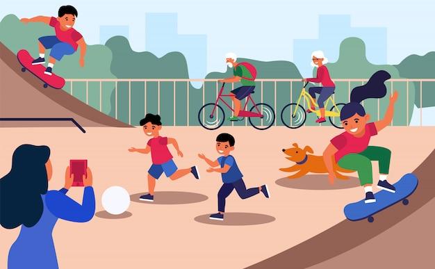 Crianças ativas no playground da cidade