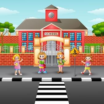 Crianças atravessando a rua na escola da frente