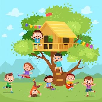 Crianças brincam de casa na árvore