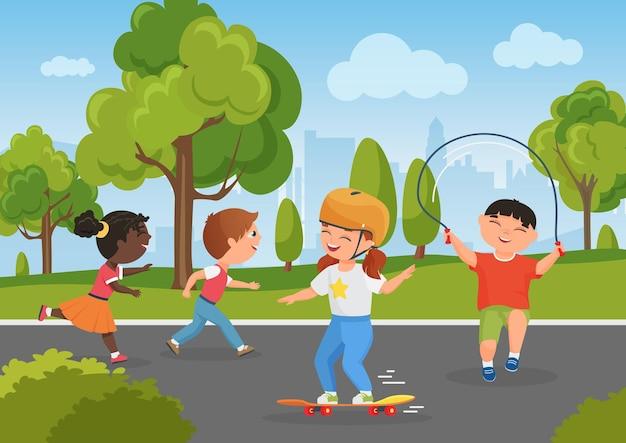 Crianças brincam no parque da cidade, atividades de verão na natureza, crianças divertem-se, infância feliz