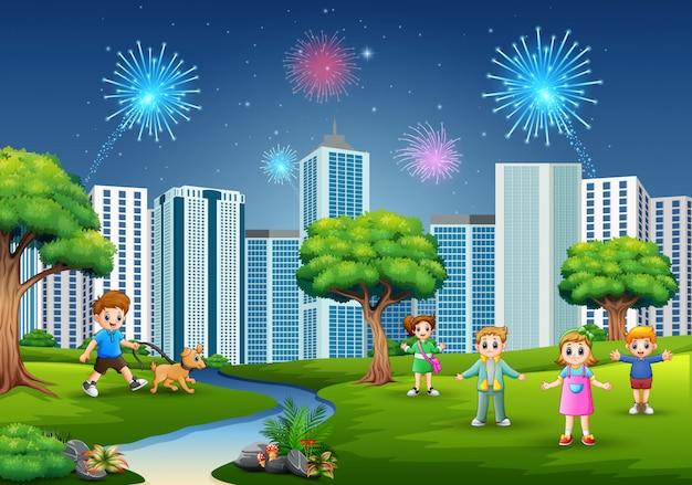 Crianças brincando ao ar livre com a paisagem urbana e fogos de artifício