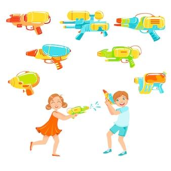 Crianças brincando com pistolas de água e variedade de armas