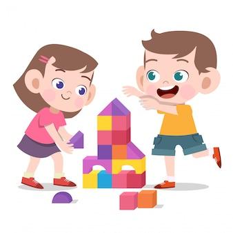 Crianças brincando com tijolos de brinquedo