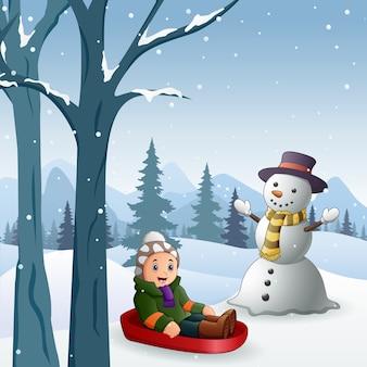 Crianças brincando de trenó na neve