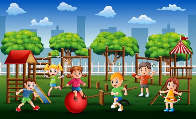 Crianças brincando e se exercitando no parque durante o dia