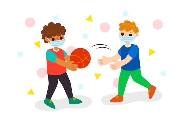 Crianças brincando e usando máscara