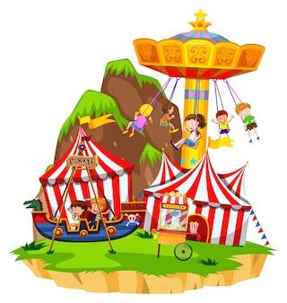 Crianças brincando em passeios no parque de diversões