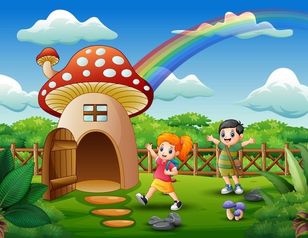 Crianças brincando na casa da fantasia de cogumelo