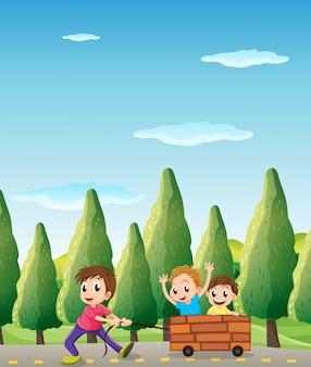 Crianças brincando na estrada com pinheiros