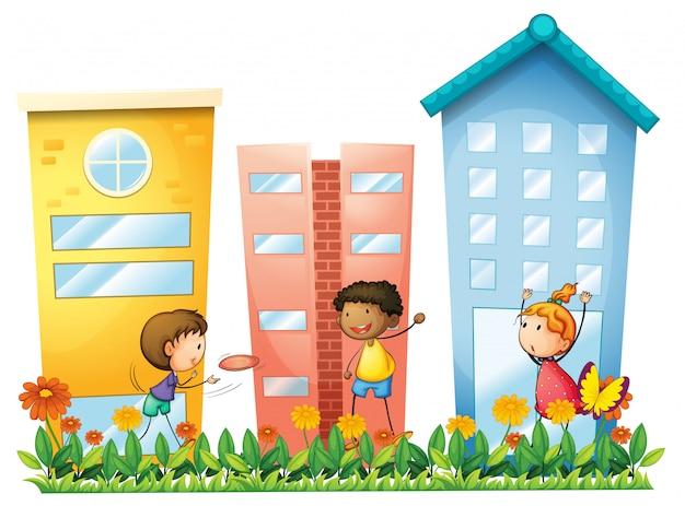 Crianças brincando na frente dos edifícios altos