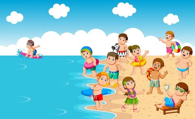 Crianças brincando na praia e no mar