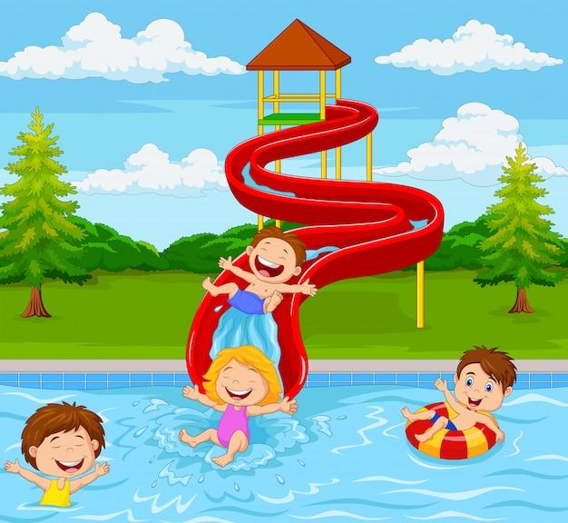 Crianças brincando no parque aquático
