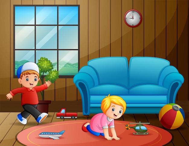 Crianças brincando seus brinquedos dentro da sala