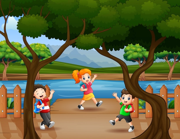 Crianças caminham no cais de madeira