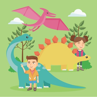 Crianças caucasianas brincando com dinossauros ao ar livre.