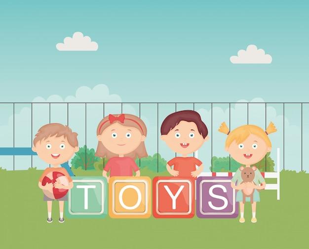 Crianças com blocos alfabeto bola e urso ao ar livre, brinquedos