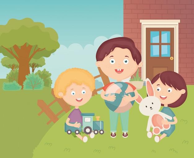 Crianças com bola de trem e coelho no quintal de grama, brinquedos