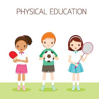 Crianças com instrumento de esporte na aula de educação física, estudante de volta à escola