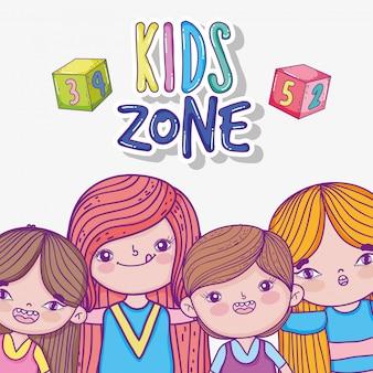 Crianças com jogo de cubos na zona de jogo